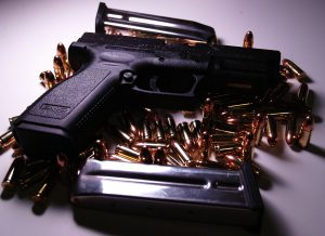 Governando por Decretos: Entre Armas e Sintomas Autoritários