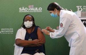 A corrida pela vacinação contra a Covid-19 no Brasil: Como as fake news e o descaso do governo podem influenciar na imunização?